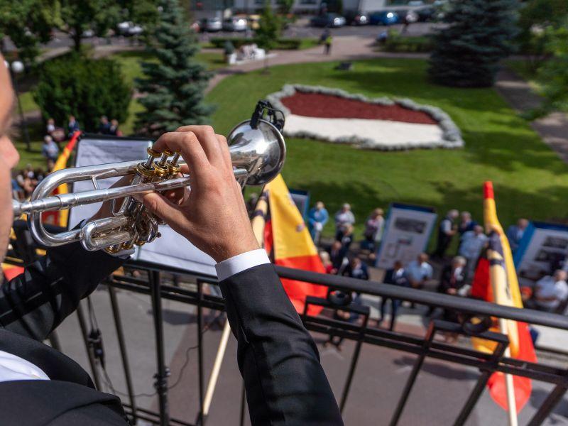 Na zdjęciu trębacz na balkonie Urzędu Miasta odgrywający Hejnał Tomaszowa Mazowieckiego z okazji 190. lecia uzyskania praw miejskich