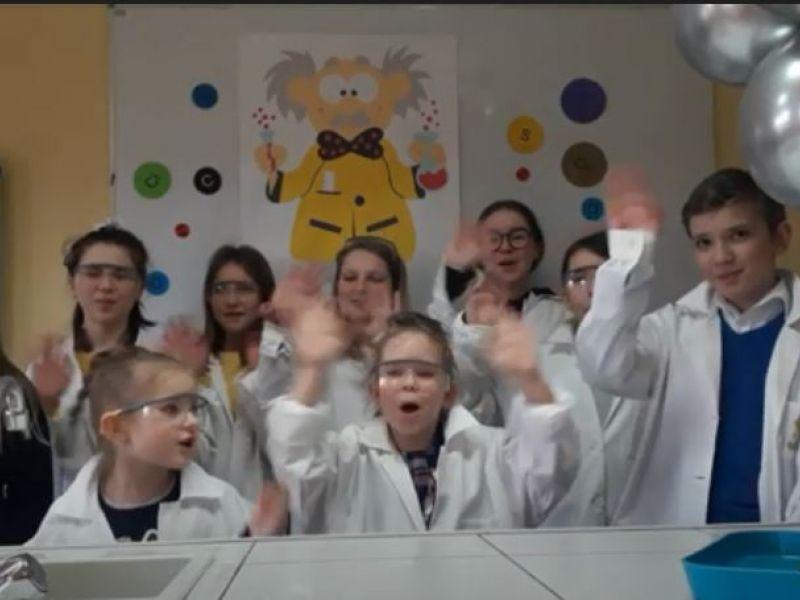 Zdjęcie uczniów SP nr 11 w pracowni szkolnej w czasie projektu