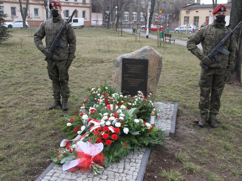 Na zdjęciu warta honorowa żołnierzy z 25 BKP przy obelisku poświeconym Karolinie Juszczykowskiej, tomaszowiance zamordowanej przez Niemców za niesienie pomocy Żydom