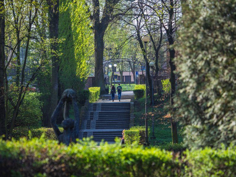 Na zdjęciu schody w Parku Solidarność. Park sfotografowany w aurze wiosennej