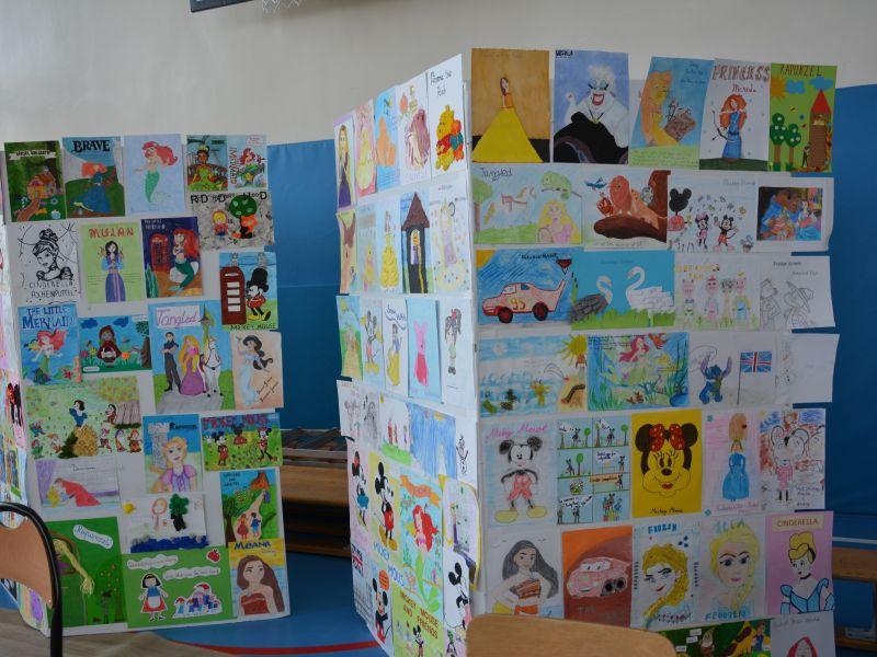 Na zdjęciu wystawa prac plastycznych o tematyce bajki braci Grimm i Disney. Prace wyeksponowane na stendach